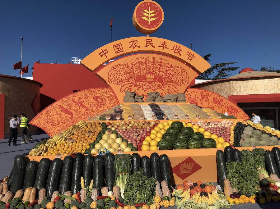 喜看稻菽千重浪,又是一年好时节。9月23日,首届中国农民丰收节主场活动在京举行,展示农业农村发展成就,与农民朋友共庆丰年、分享喜悦。由金正大集团选送的亲土种植水果作为品质农产品代表亮相主会场,在这一汇聚全国人民目光的舞台,向各界交出了一份践行亲土种植、助力乡村振兴的亮眼成绩单。